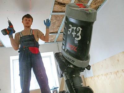 В процессе обшивки потолка